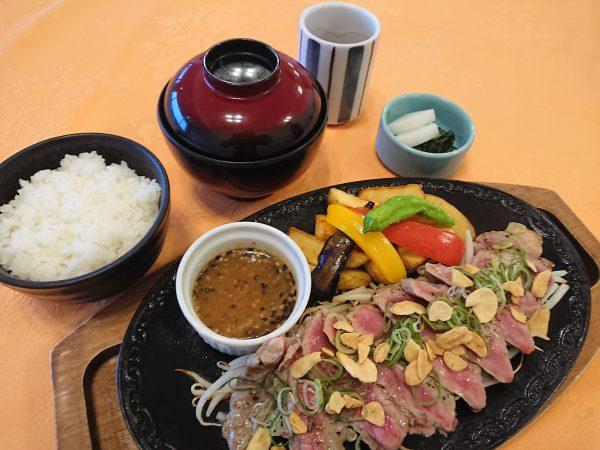 牛ロース肉の鉄板焼きの画像