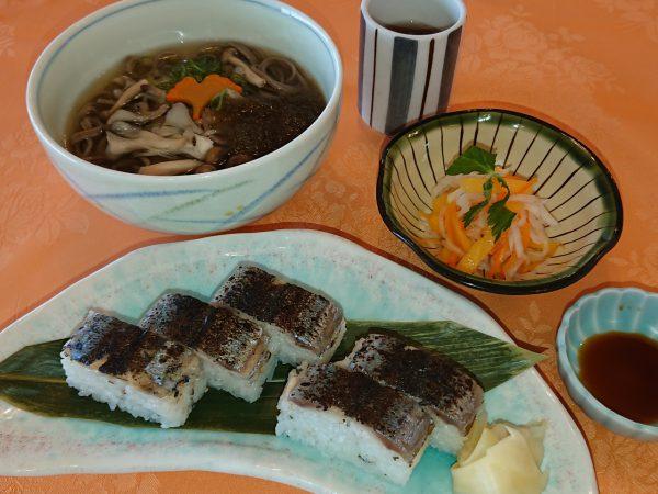 炙り秋刀魚寿司とミニきのこそばの画像